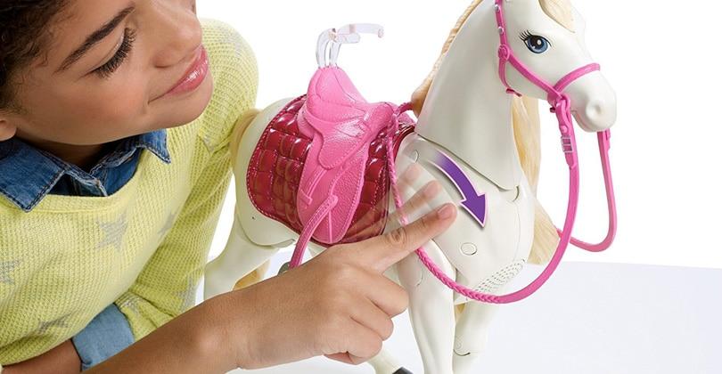 Barbie et son cheval de rêve – un cheval qui hennit et danse